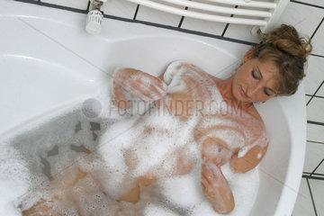 Frau badet sich