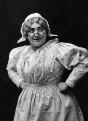 Frau mit Schuerze und Brille