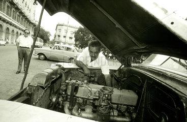Improvisationstalent: die in die Jahre gekommene Taxiflott der kubanischen Hauptstadt.