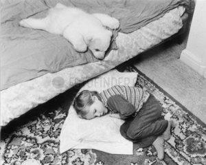 Baerchen und Kind schlafen