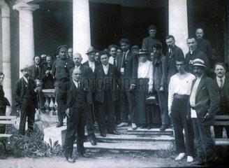 Lenin und eine Gruppe Delegierter.19. Juli 1920