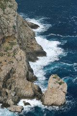 Eine hochdramatische Landschaft im Nordosten Mallorcas. Blick vom Mirador auf der ersten Passhoehe hinunter in die Brandung - bis zu 400 Meter hoch sind die Klippeen.