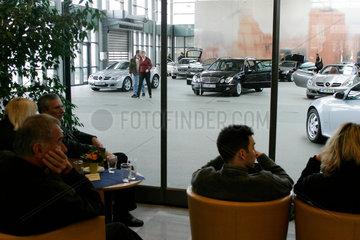Kundenzentrum Essen von DaimlerChrysler. Hier werden die Neufahrzeuge an die Kunden uebergeben. Der Renner im Fruehjahr 2004 kurz nach der Markteinfuehrung: der neue Roadster SLK (Baureihe R 171).