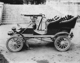 Altes Auto mit Waffe