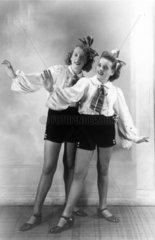 2 Maedchen tanzen  2 girls dancing  1950