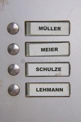 Klingelschild mit haeufigen deutschen Namen Mueller Meier Schulze Lehmann