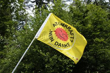 Atomkraft? Nein danke Fahne bei einem Demontrations-Umzug gegen Schweizer Atomkraftwerke.