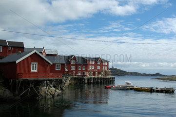 Der Ort A auf den Lofoten. Rorbu (Rorbuer)  Fischerhuetten  die hier von Urlaubern gemietet werden koennen. .