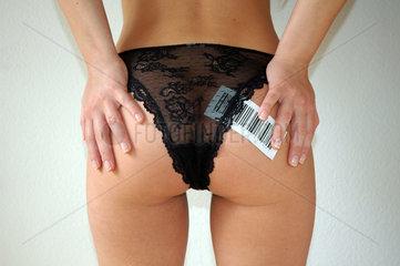 Frau mit schwarzem Hoeschen und barcode