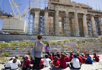 Schulklasse vor dem Parthenon
