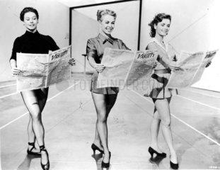 drei Frauen mit Zeitungen
