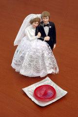 Hochzeitspaar mit Kondom
