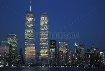 Financial District mit World Trade Center bei Nacht
