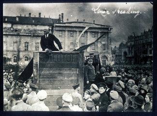 Lenin auf Holzpodest. 5. Mai 1920.