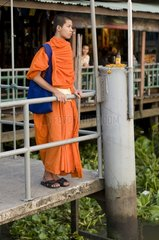Junger buddhistischer Moench am Thien Pier am Menam Chao Phraya / Bangkok /