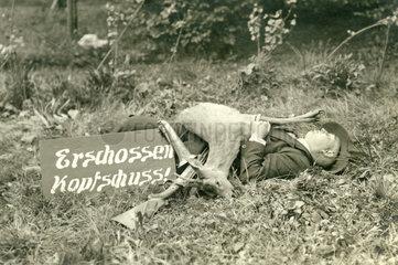Jaeger mit erlegtem Rehbock  Spassfoto  1926