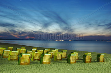Strandkoerbe in der Daemmerung