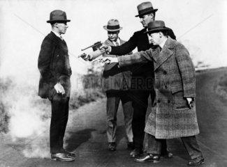 Drei Maenner erschiessen einen