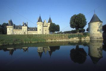 Schloss spiegelt sich in der Loire