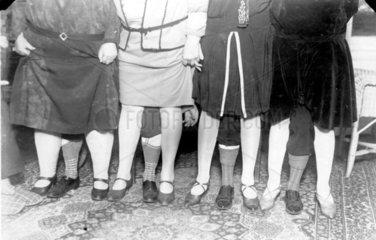 4 Frauen mit 3 Beinen  1920