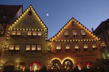 Bayern - Rothenburg ob der Tauber : weihnachtlich geschmueckte Haeuser