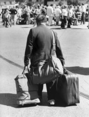 Mann mit 3 Koffern