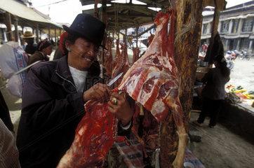 Mann schneidet getrocknetes Fleisch