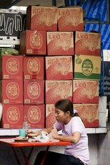 Frau beim Mittagessen in einer Strassenkueche / Bangkok / Thailand / SUEDOST