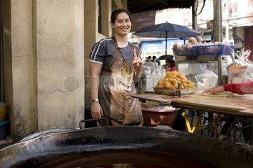 Freundliche Garkuechenbetreiberin an der Charoen Krung Road / Bangkok / Thai