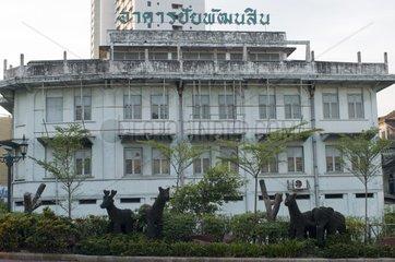 aus Gebuesch geschnittene Elefanten und Rehe / Bangkok / Thailand / SUEDOST