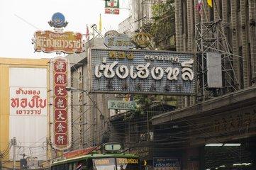Werbeschilder an Hausfassaden im chinesischen Viertel / Bangkok / Thailand