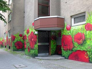 Mohnblumen an Kreuzberger Hauswand.