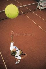 Tennisspieler Aufschlag