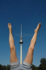 Deutschland  Berlin. Handstand vor dem Fernsehturm