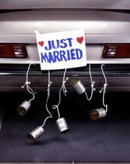 Dosen am Hochzeitsauto geschnuert