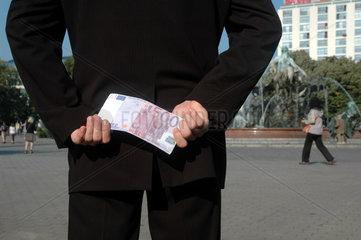 Mann verstekct 500 Euro hinter seinem Ruecken