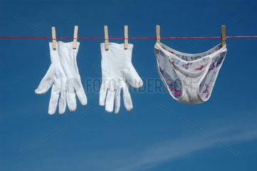 Handschuhe mit Hoeschen auf der Waescheleine