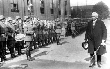 Reichspraesident Hindenburg bei einer Parade