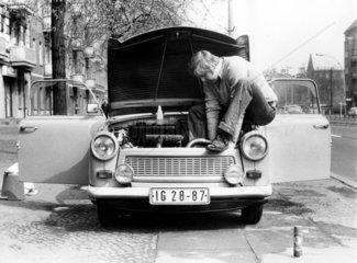 Mann repariert Trabbi