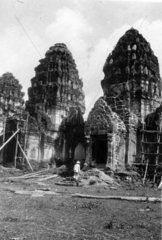 Europaeer vor zerstoertem Tempel in Ayutthaya