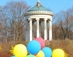 Monopteros Luftballons Muenchen Englischer Garten