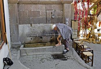 Mann beim Fuessewaschen