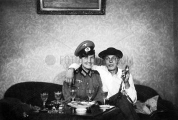 Frau und Mann sitzen auf dem Sofa