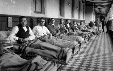 Maenner im Krankenhaus  1910 in der Schweiz