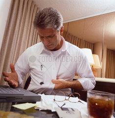 Mann mit Tinte vom Stift auf dem Hemd