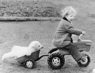 kleiner Eisbaer & Maedchen mit Spielzeugauto