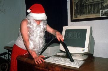 Weihnachtsmann reinigt Computer