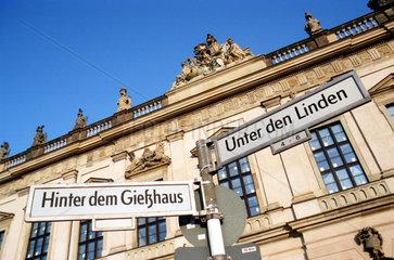 D - Berlin: Strassenschilder vor dem Zeughaus