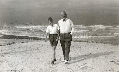 Opa und Enkel am Strand von Wangerooge