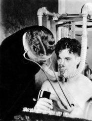 Arzt untersucht einen Mann